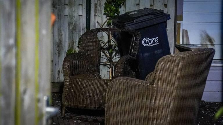 Een raam en een rolluik gingen door de explosie kapot en een tuinset werd verwoest (foto: Sem van Rijssel/SQ Vision).