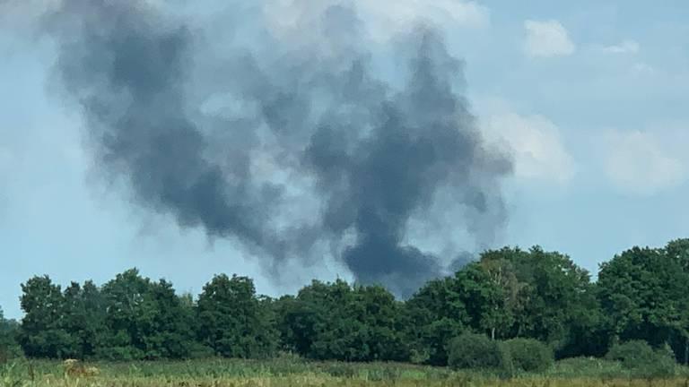 Rookwolken van de brand bij Heineken in Den Bosch zijn vanuit Helvoirt te zien (foto: Bart Meesters / SQ Vision).