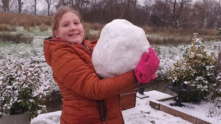 Sofie Doomen met een gigantische sneeuwbal (foto: Jorn Doomen).