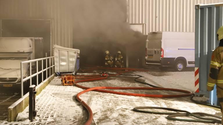De brandweer bestrijdt het vuur bij het bedrijf in Cuijk (foto: SK-Media).