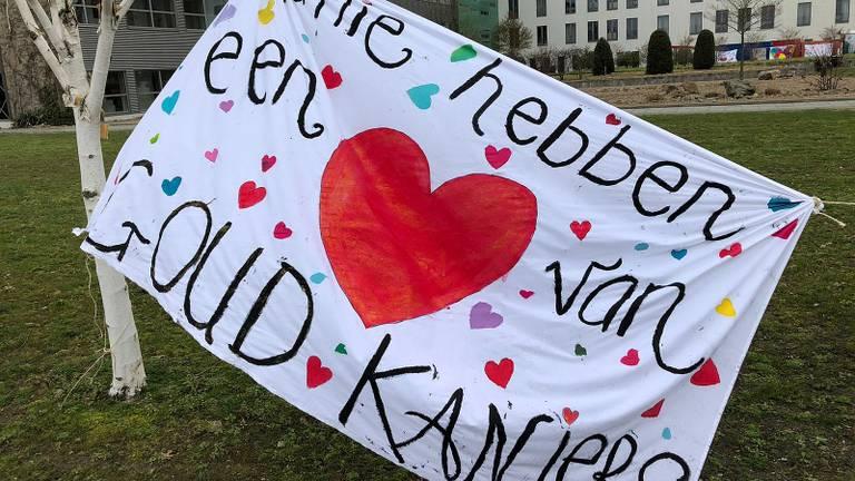 Een hart onder de riem voor het medisch personeel in Bernhoven (foto: Joris van Duin).