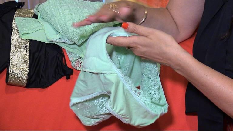 In de lingerie zit een beschermlaag voor urineverlies (foto: Tom van den Oetelaar).