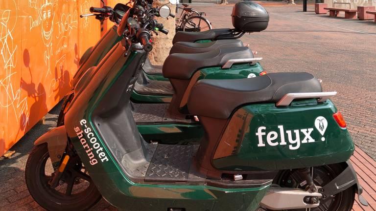 Ook deze groene deelscooters van Felyx rijden binnenkort in Eindhoven rond.
