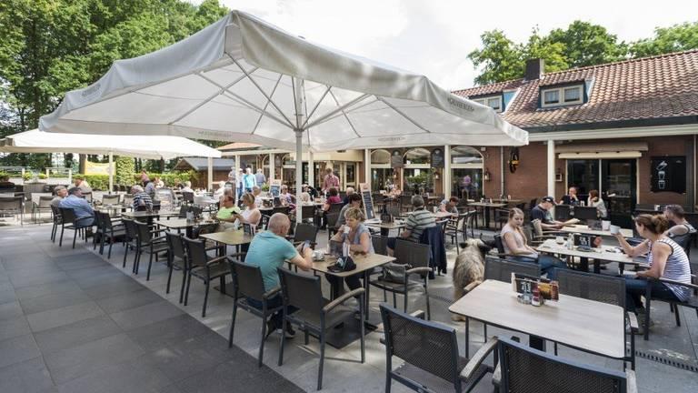 Drukte op het Kaatsheuvelse terras (foto: restaurant De Roestelberg).