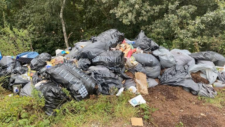 Al twee weken ligt de berg afval langs de Fianestraat (Foto: Sven de Laet).