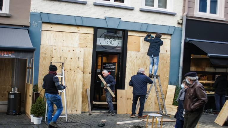 Ondernemers in Bergen op Zoom timmerden hun etalages dicht (foto: ANP / Hollandse Hoogte / Venema Media).