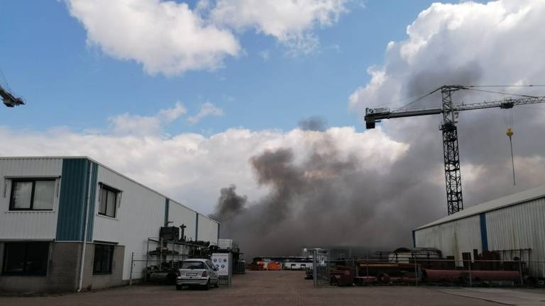De rook was tegen twaalf uur nog niet verdwenen (foto: Ista van Galen).
