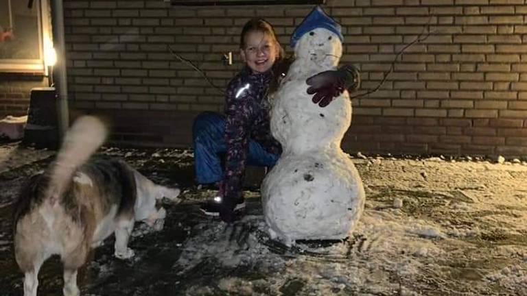 Jessica en de hond Rico spelen samen in de Loosbroekse sneeuw (foto: Mariska van de Rakt).