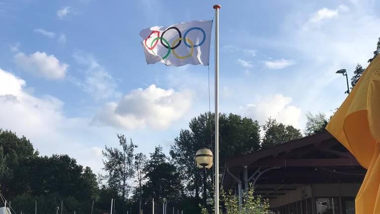 De olympische vlag hangt nog in top (foto: René van der Giessen/Beachsport Vereniging Werkendam).