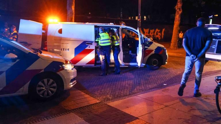 De agenten moesten ingrijpen toen de sfeer op het Stadhuisplein in Eindhoven omsloeg (foto: Dave Hendriks/SQ Vision).