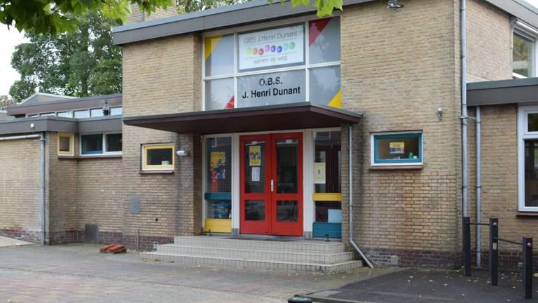 Basisschool Henri Dunant in Wijk en Aalburg blijft deze week gesloten nu vier leerkrachten besmet blijken met het coronavirus. (Foto: Lenard Huijzer)