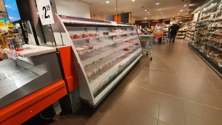 Lege schappen waar vlees hoort te liggen (foto: Omroep Brabant).