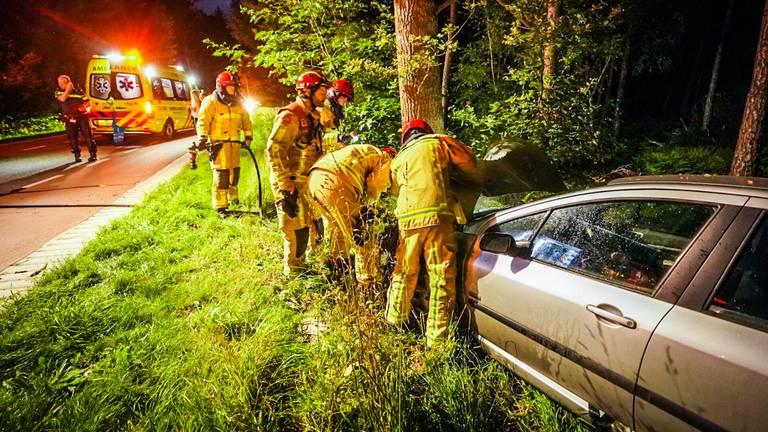 In de Hoberglaan in Son reed een automobilist tegen een boom (foto: Sem van Rijssel/SQ Vision).