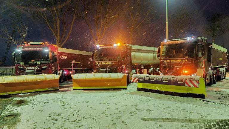 Sneeuwruimers staan klaar om de snelweg A59 schoon te vegen (foto: Peter Aaldering).