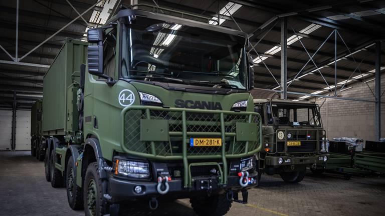 De nieuwe Scania met op de achtergrond de oude Viertonner van DAF (foto: Landmacht)