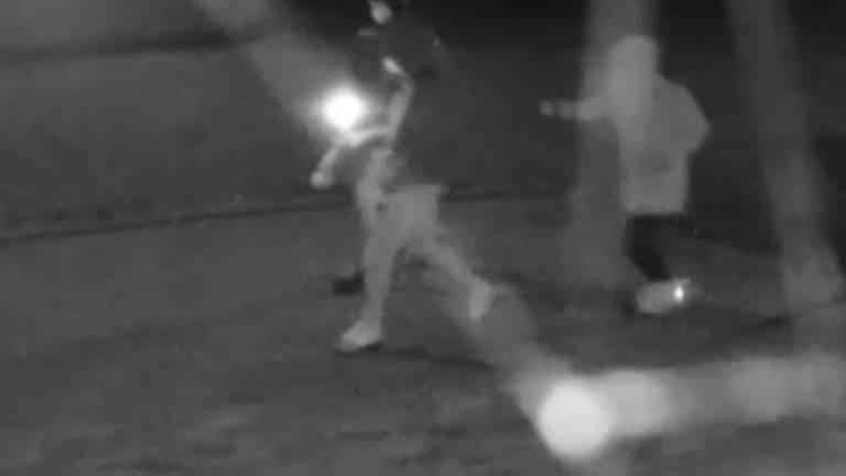 De daders steken molotovcocktail in brand en  gooien die naar huis in Baarle-Nassau (Foto: Bureau Brabant)