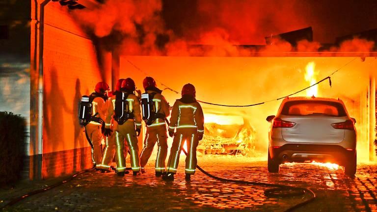 Drie auto's gingen in Valkenswaard vlammen op (foto: Rico Vogels/SQ Vision).