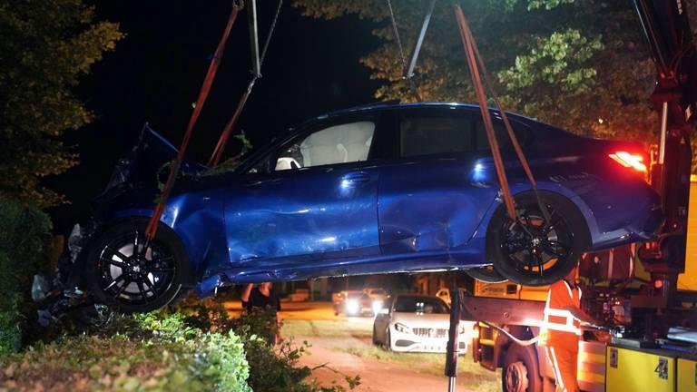 De zwaar beschadigde auto moest worden getakeld (foto: SQ Vision).