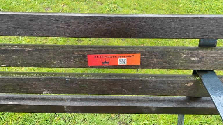 De sticker op een bankje in Eindhoven.