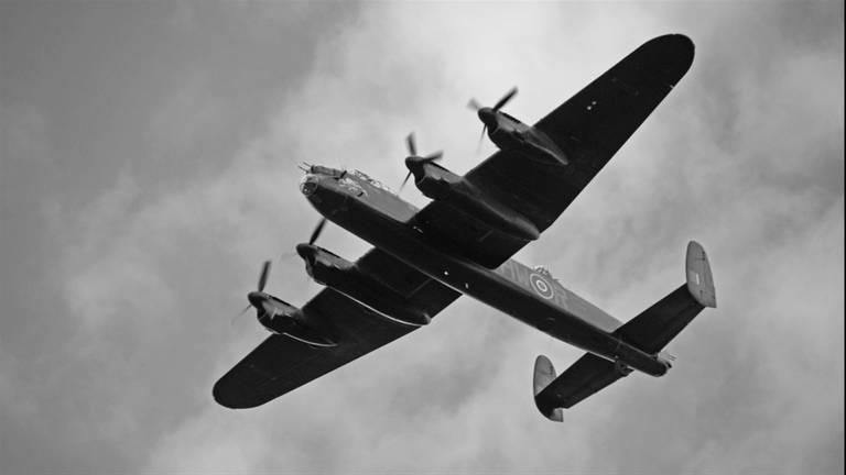Luchtgevecht boven Altena over wrakstukken van in 1944 neergeschoten Engelse bommenwerper.