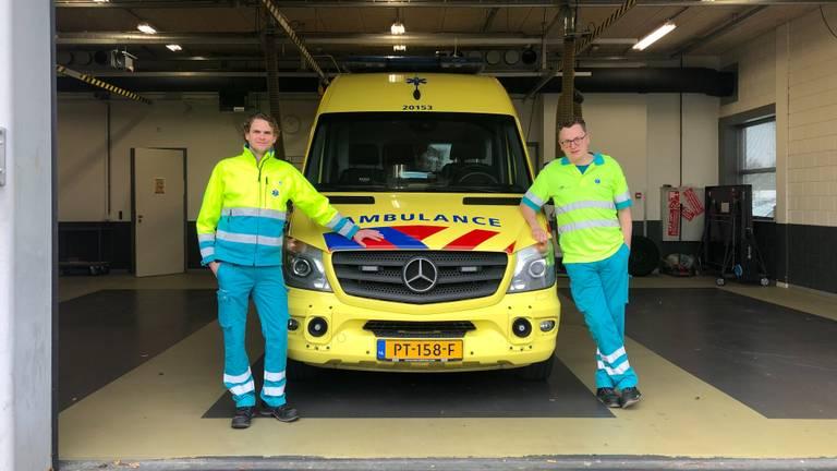 Ambulancewerkers Arie de Fijter (42, links) (en Vincent van der Dussen (43, rechts) in hun post in Waalwijk.