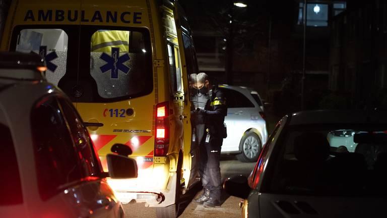 Het gewonde slachtoffer is met een ambulance naar een ziekenhuis gebracht (foto: Jeroen Stuve/SQ Vision Mediaprodukties).