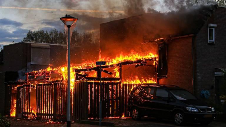 De brand aan het Peelhof in Helmond verwoestte de aanbouw van een huis (foto: Harrie Grijseels/SQ Vision).