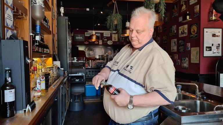 Ruud Bakker controleert de houdbaarheidsdatum van de cola (foto: Noël van Hooft)