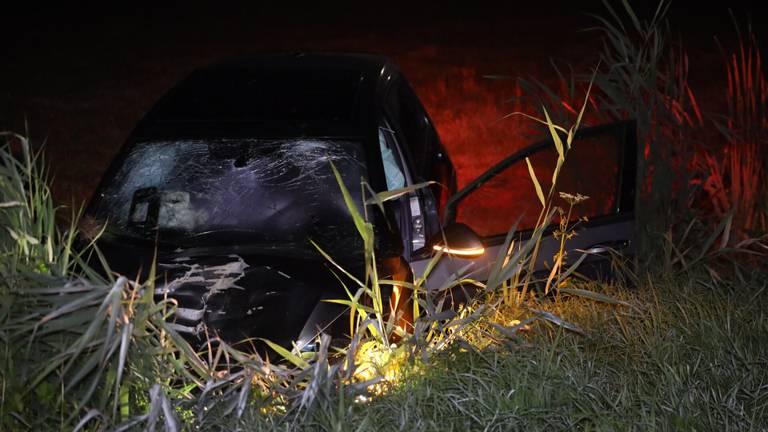 De auto's raakten zwaar beschadigd na de botsing op de A50 bij Veghel (foto: Sander van Gils/SQ Vision).
