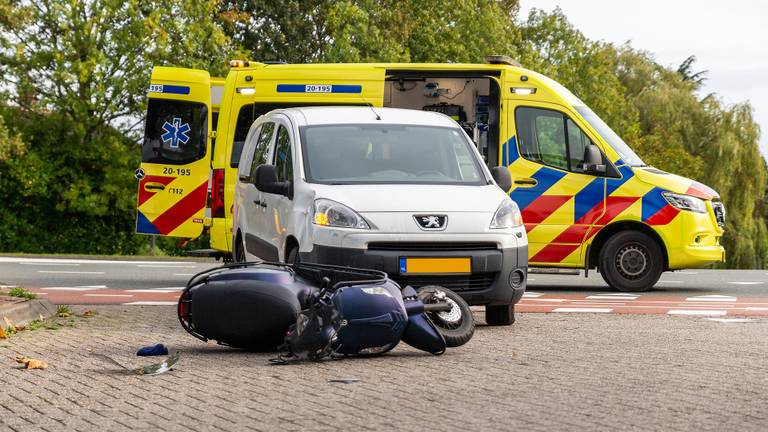 De automobilist raakte de scooter bij het afslaan (foto: Mathijs Bertens/SQ Vision).
