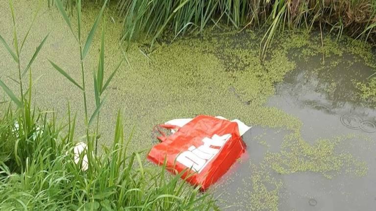 Plastic boodschappentassen dreven in het water (foto: Politie)