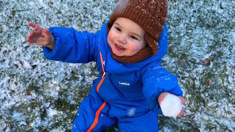Dit kind maakte zaterdag voor het eerst sneeuw mee, wat een feest!