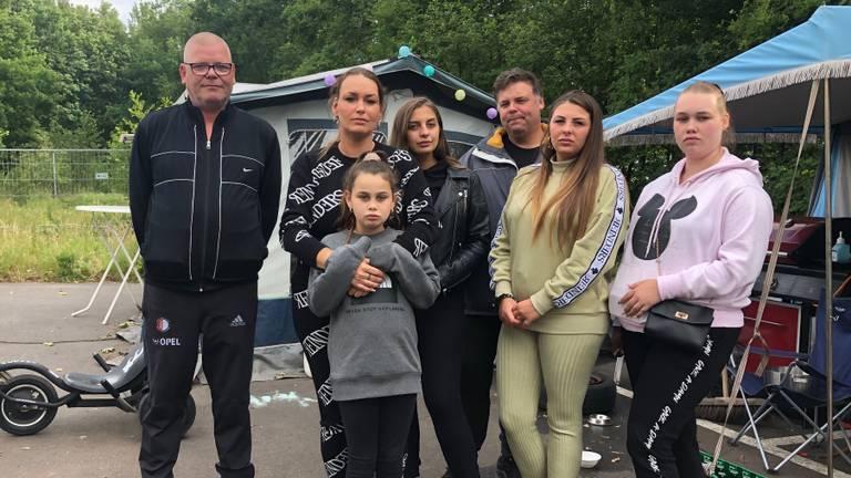 Joke (tweede van links) en haar familie dreigen eind deze maand op straat te belanden. (Foto: Erik Peeters)