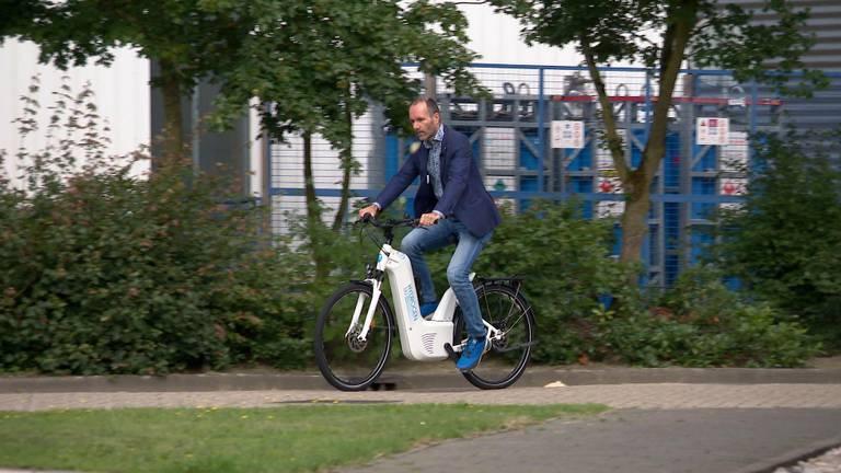 Dick van Goch op zijn waterstoffiets.