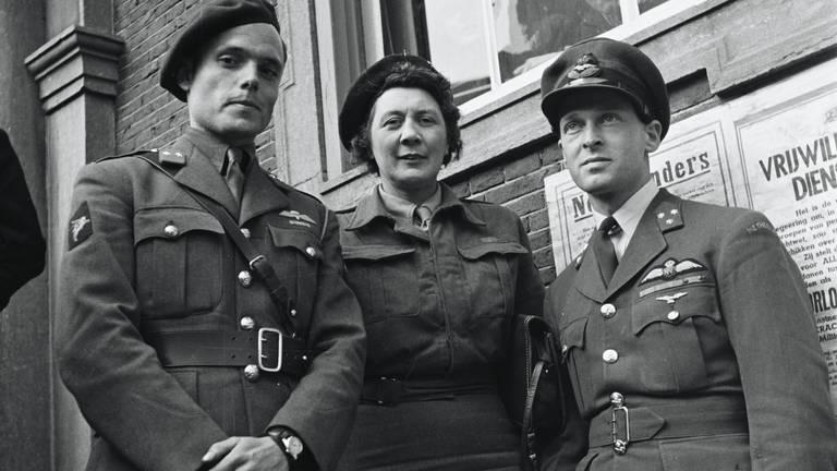 Adjudanten Peter Tazelaar (links) Rie Stokvis en Erik Hazelhoff Roelfzema, 2 mei 1945 Breda(foto: NA)