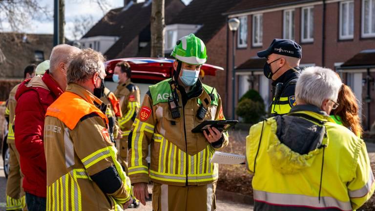De brandweer had veel werk aan de breuk in de gasleiding. (Foto: Marcel van Dorst/SQ Vision)