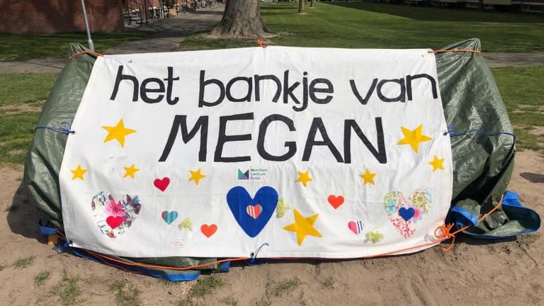 Het herdenkingsbankje van Megan voor de onthulling (foto: Omroep Brabant).