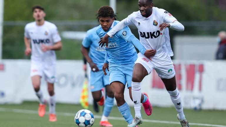 Shurandy Sambo (l. Jong PSV) in duel met Van Velzen (Foto: Orange Pictures).