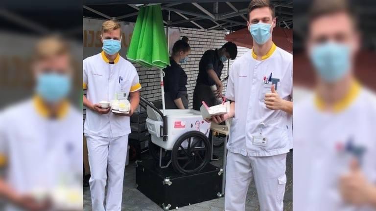 Het ziekenhuispersoneel werd getrakteerd op ijsjes (foto: St. Anna Ziekenhuis).