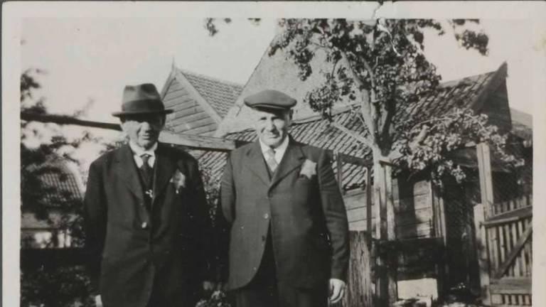 Abraham en Hartog Benjamins met Jodenster in Woudrichem 1942 (foto NIOD)