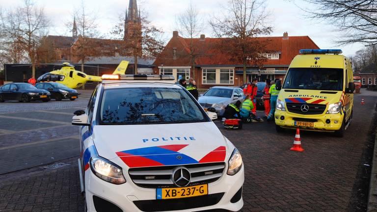 Meerdere hulpverleners werden na de aanrijding in Wanroij opgeroepen (foto: Saskia Kusters/SQ Vision).