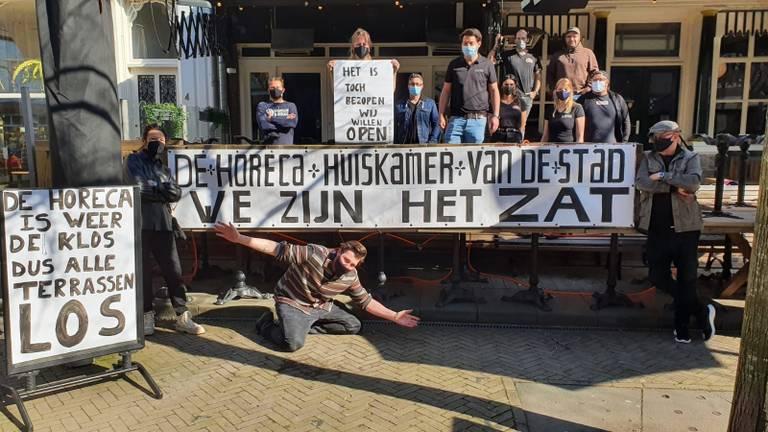 Protest bij café Anvers in Tilburg (foto: Robert Michielsen)