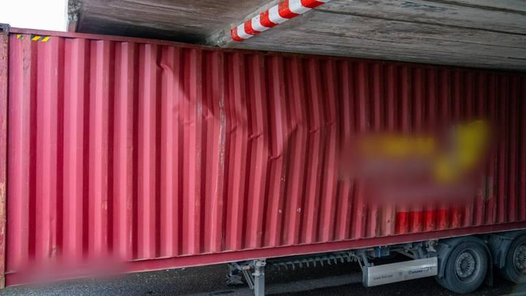 De container zit vast (foto: Iwan van Dun/SQ Vision).