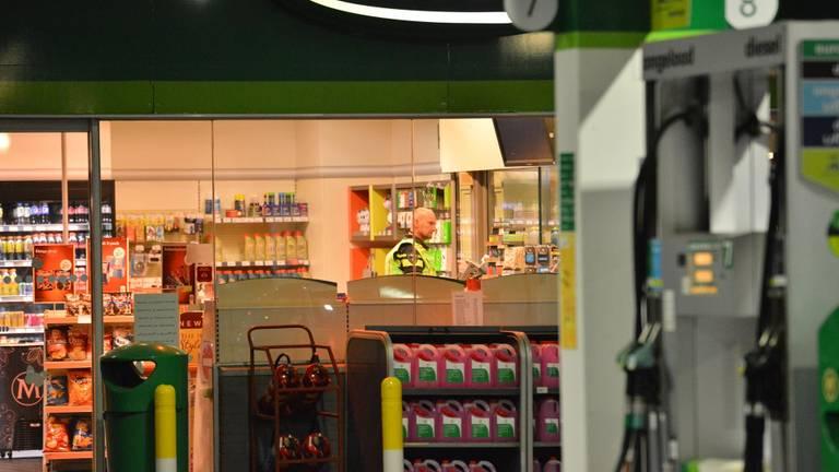 De politie doet onderzoek na de gewapende overval bij de benzinepomp in Rucphen (foto: Perry Roovers/SQ Vision).