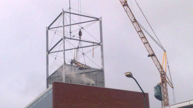 Carillon wordt in toren gehesen