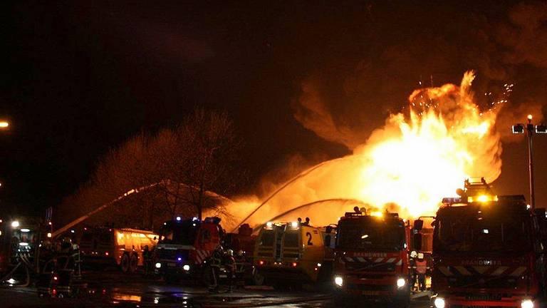 De enorme brand na de explosie bij Shell Moerdijk (foto: Carlos van Beek).