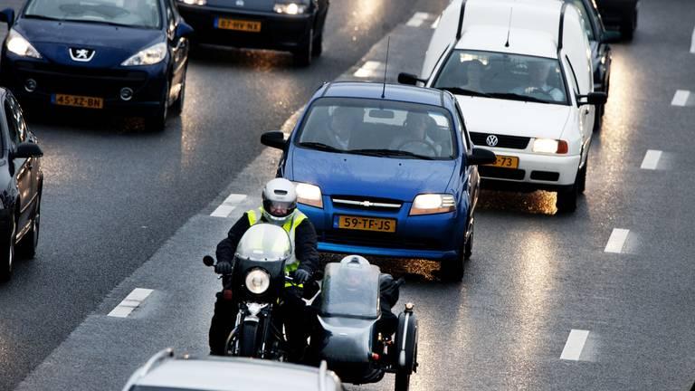 Automobilisten staan steeds vaker vast. (Foto: ANP)