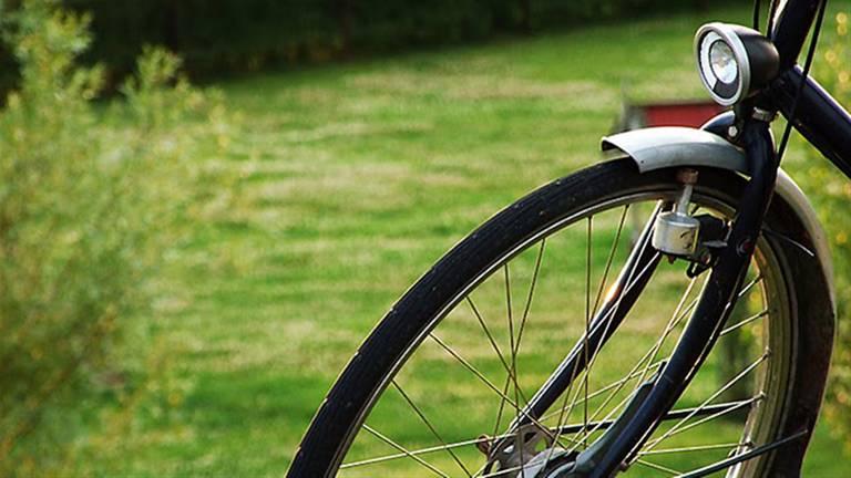 De fiets die de berovers meenamen is grijs met een rood-blauwe fietstas