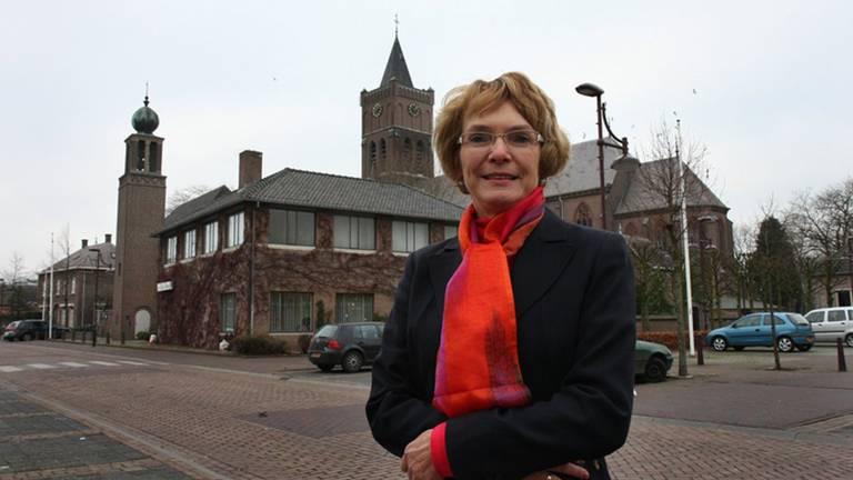 Burgemeester Willy van Doorn voor het gemeentehuis van Landerd