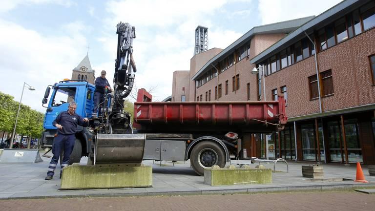Betonblokken worden geplaatst (foto: Hans van Hamersveld)